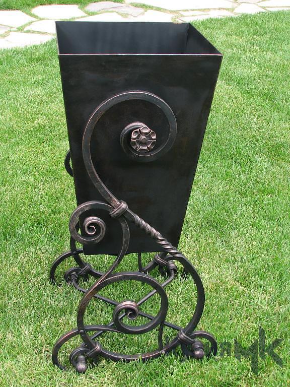 Контейнер для сміття з елементами ковки