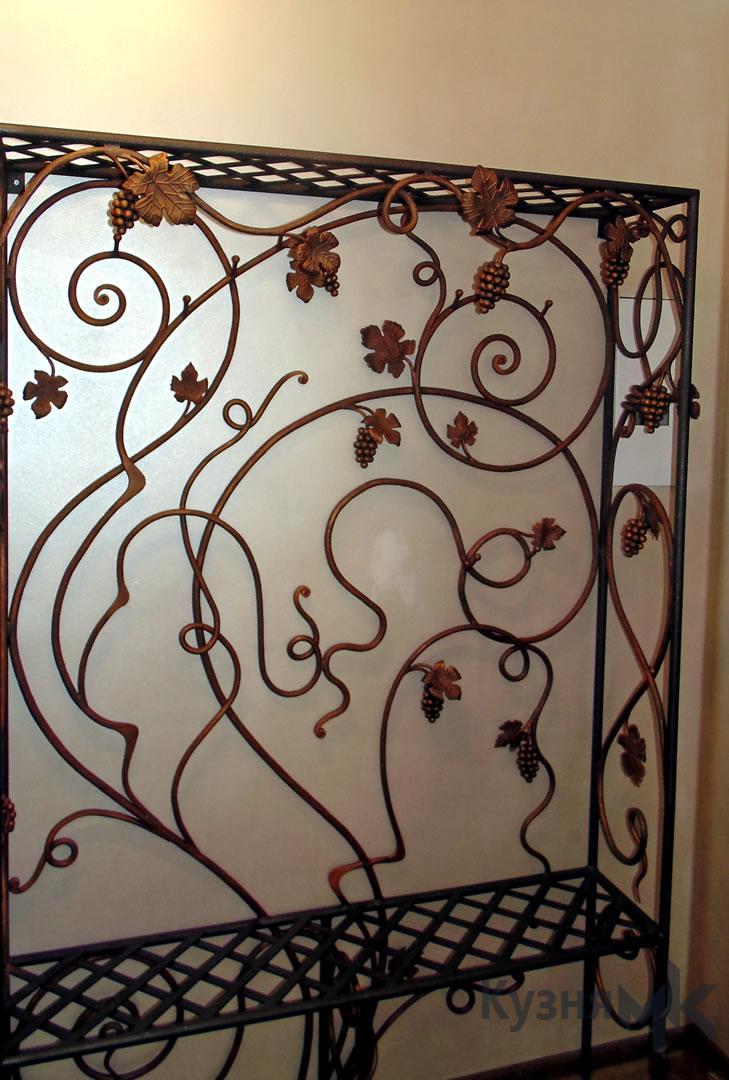 Кована вішалка для одягу біля стіни