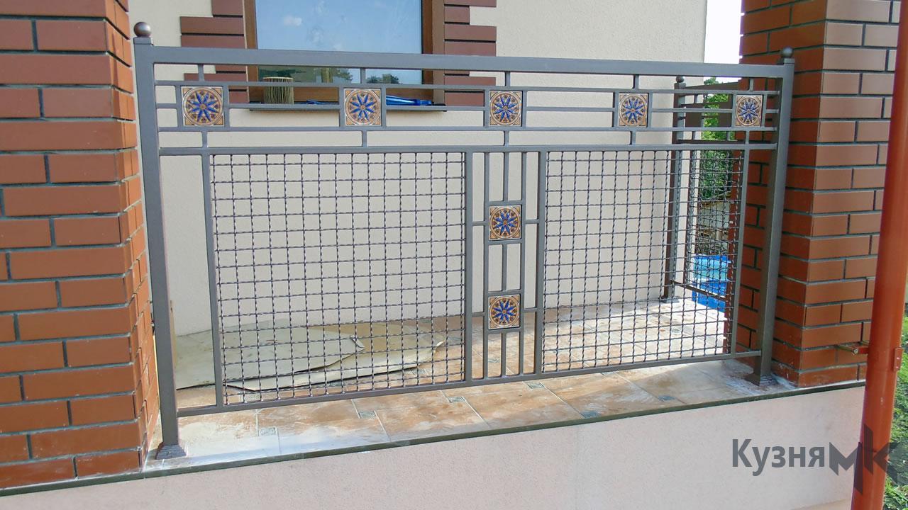 Кований балкон з сіткою керамічними вставками