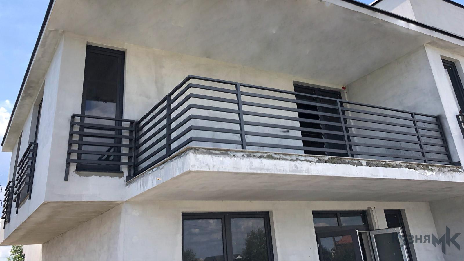 Балкон в стилі лофт або мінімалізм