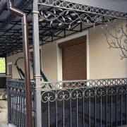 Ковані перила при вході в будинок