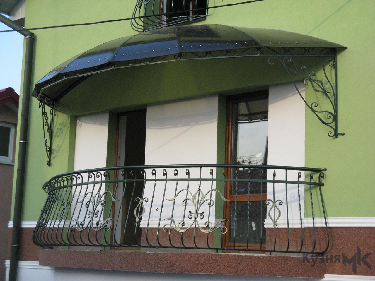 Ковані перила на балконі з дашком