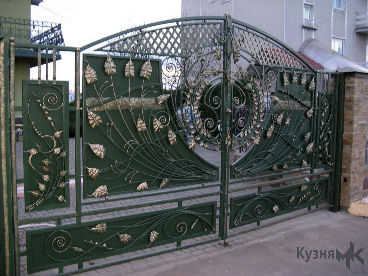 Ковані ворота зеленого кольору з золотою патиною