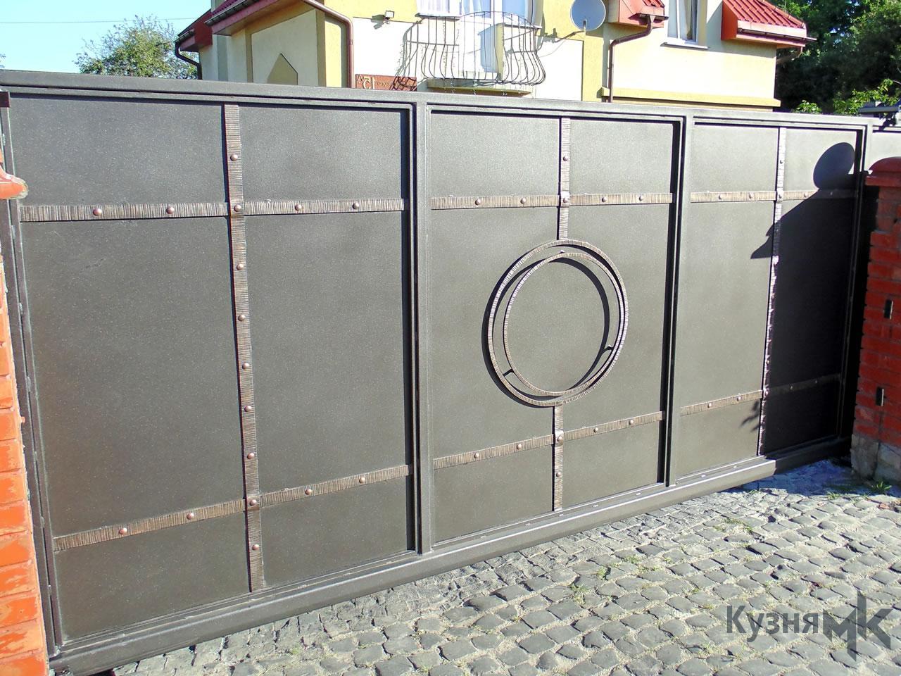 Відкатні ворота з фактурною полосою
