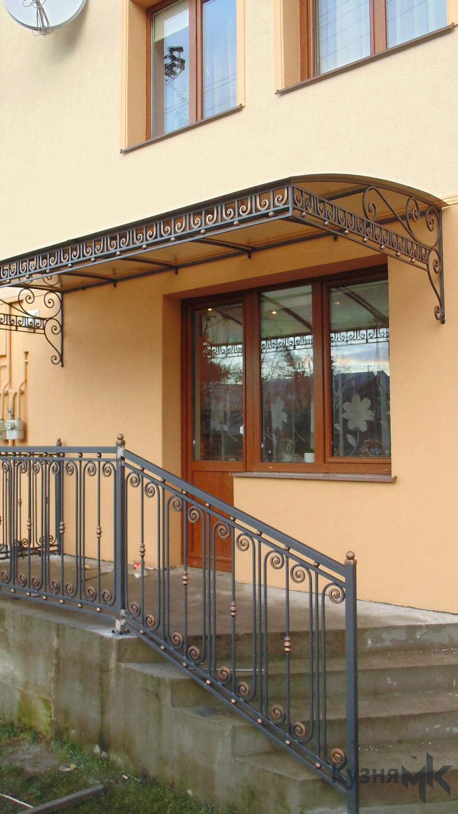 Кований дашок при вході в будинок
