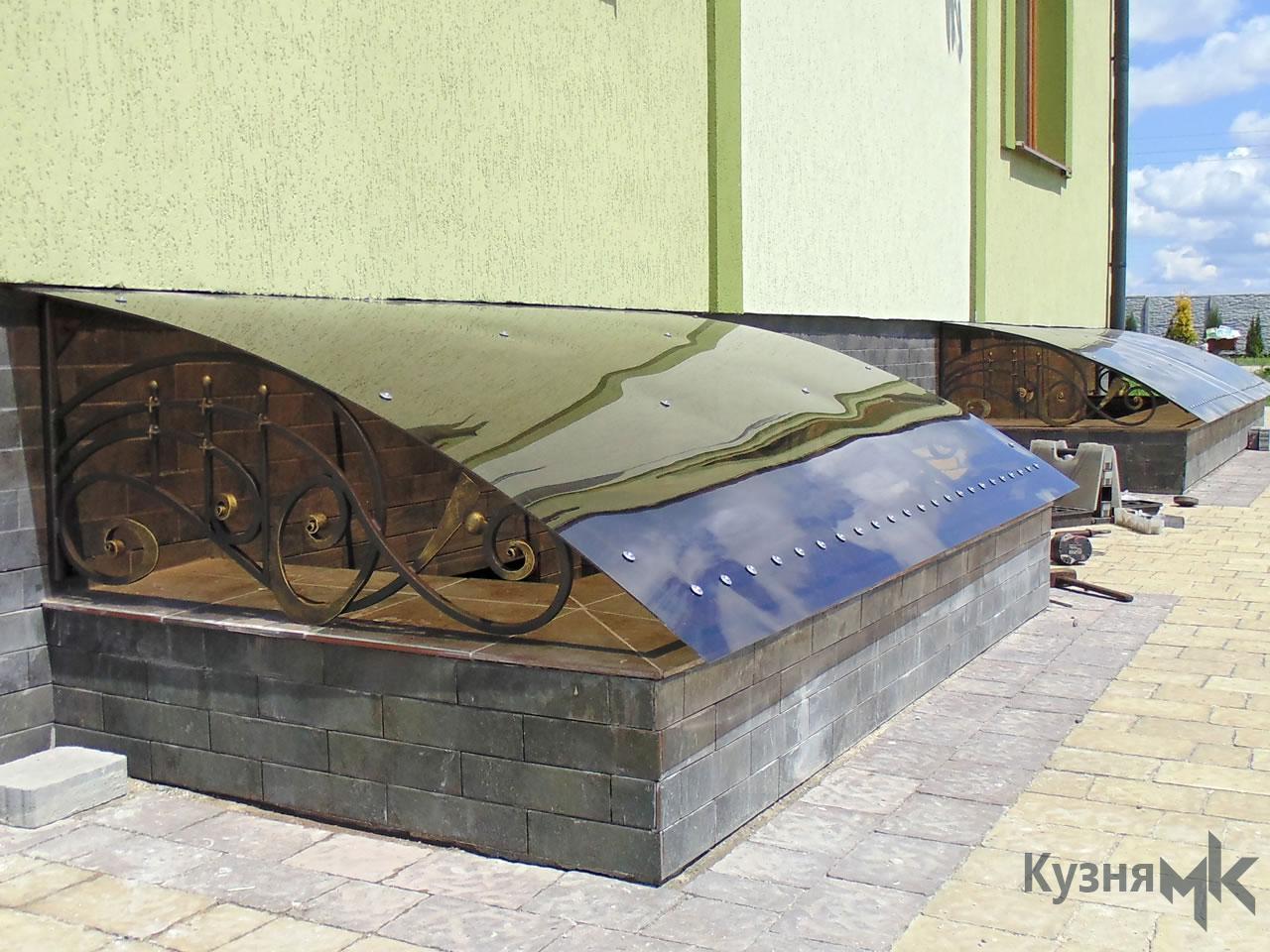 Кований дашок на двері в підвал