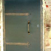 Металеві двері в підвал