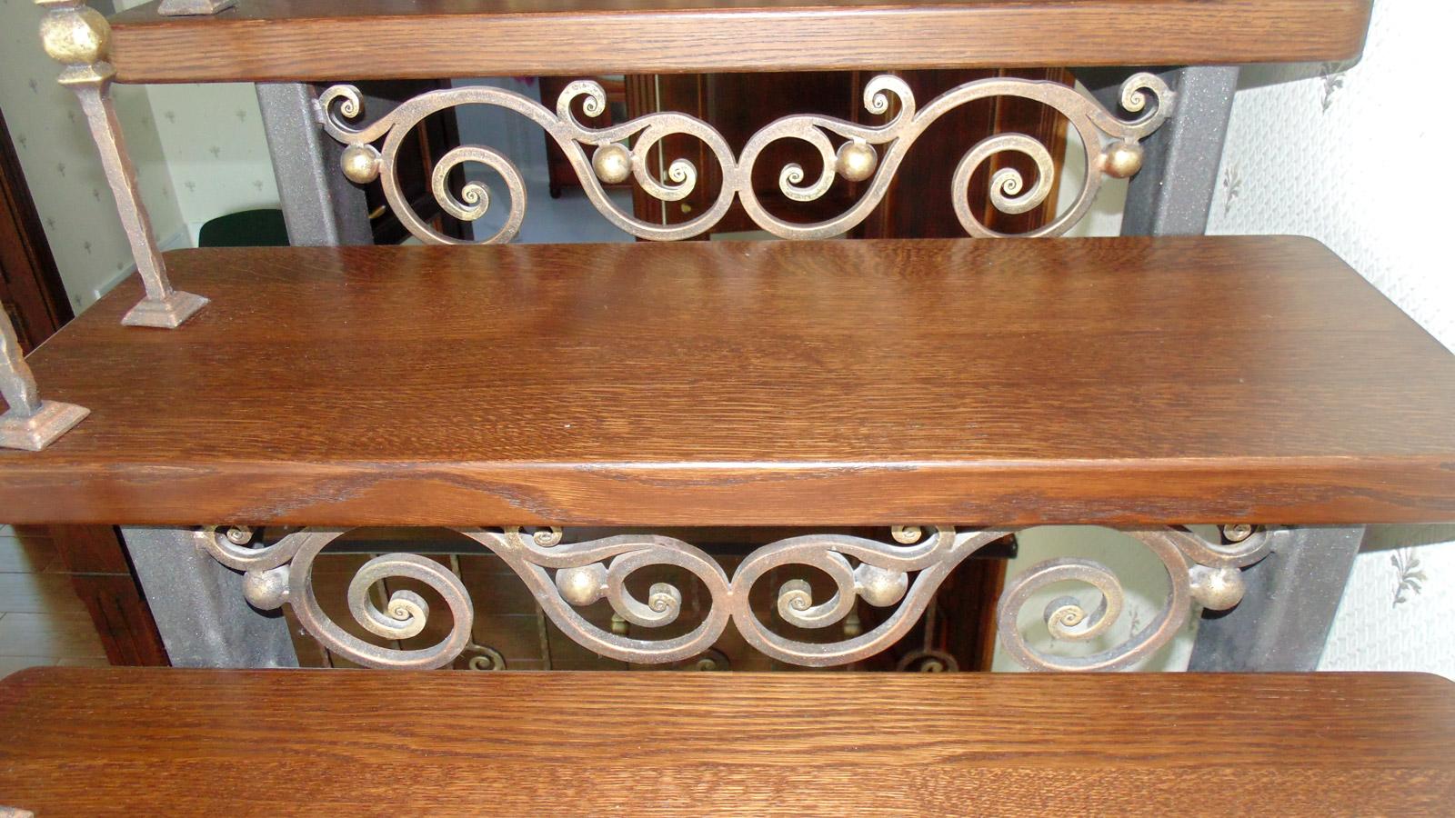 Металева сходинка декорована ковкою