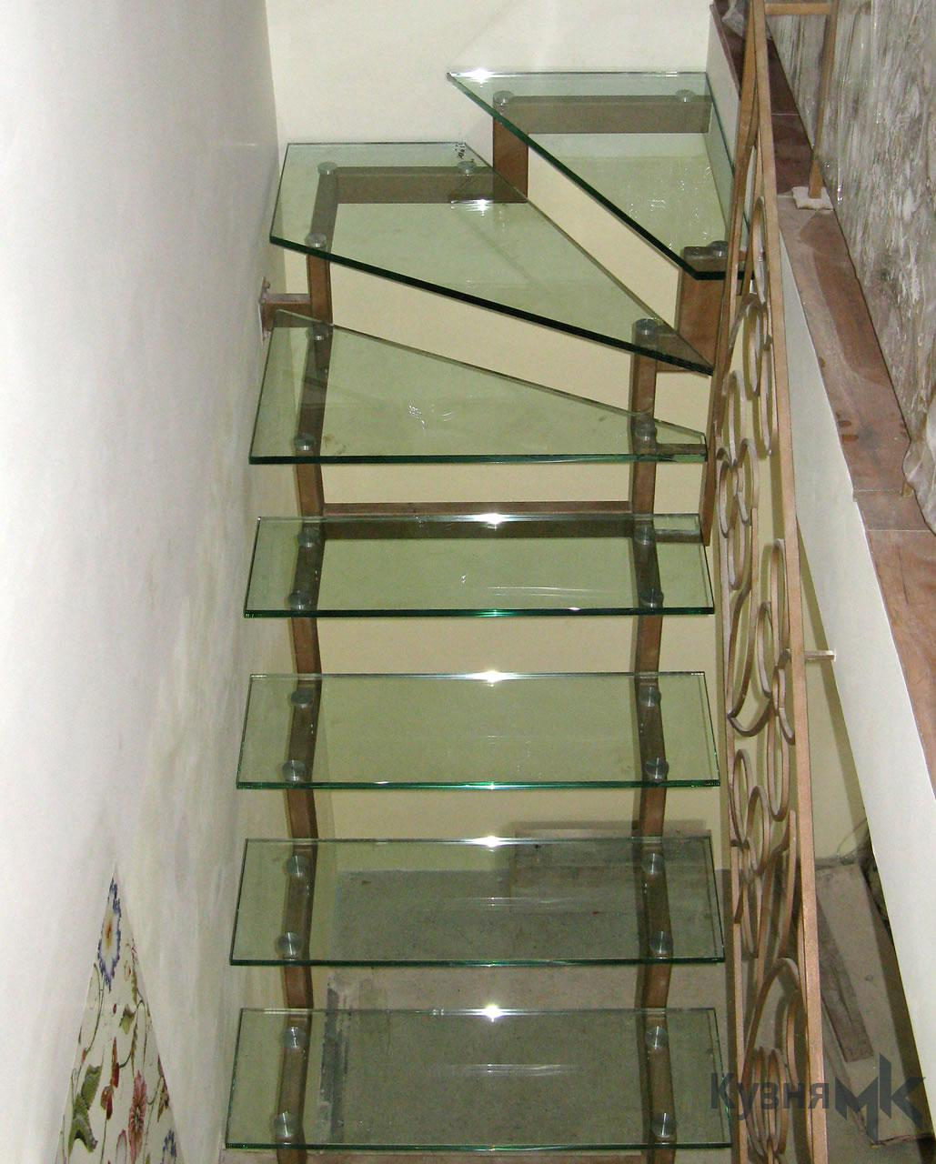 Металеві сходи з скляними сходинками