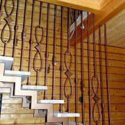 Металеві сходи з дерев'яними сходинками